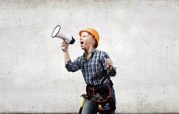 Constructeur de femme avec le mégaphone Photographie stock