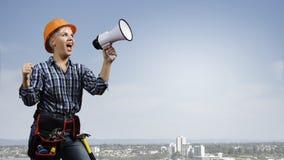 Constructeur de femme avec le mégaphone Photographie stock libre de droits