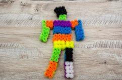 Constructeur de la couleur des enfants sur un fond en bois photographie stock libre de droits