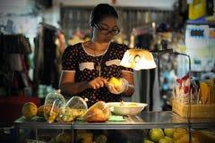Constructeur de nourriture de rue à Bangkok Photo libre de droits