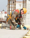 Constructeur effectuant des travaux de construction Photo stock
