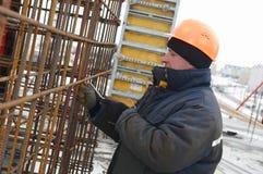 Constructeur effectuant la maille en métal Image stock