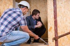 Constructeur et architecte Inspecting Building Doorway Images stock