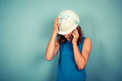 Constructeur femelle au téléphone image stock