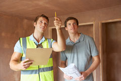 Constructeur And Inspector Looking à la nouvelle propriété Image stock