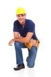 Agenouillement masculin de constructeur Photos libres de droits