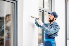 Constructeur montant le câblage pour l'éclairage extérieur photos stock