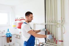 Constructeur ou plombier travaillant à l'intérieur photos stock