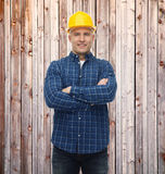 Constructeur ou travailleur manuel de sexe masculin de sourire dans le casque Photo libre de droits