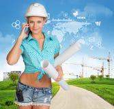 Constructeur parlant au téléphone Collines vertes, route, tour Images stock