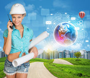 Constructeur parlant au téléphone Collines vertes, route, ville Image stock