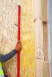 Constructeur s'assurant qu'un mur est verticale tenant des constructeurs de niveau Images stock