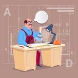 Constructeur Sitting At Desk de bande dessinée travaillant à l'architecte Engineer de plan de bâtiment de modèle Photographie stock