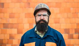 Constructeur Travailleur mécanique de portrait Homme barbu dans le costume avec le casque de construction Portrait d'ing?nieur be images stock