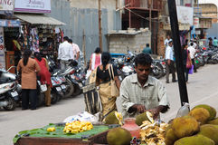 Constructeur vendant des noix de coco à Bangalore Photos stock