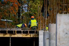 Constructeurs au chantier de construction photographie stock libre de droits