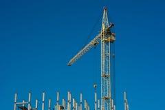 Constructeurs avec la grue construisant une maison Image stock