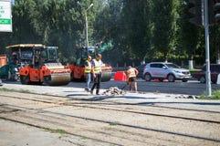 Constructeurs avec le compacteur d'asphalte Photo libre de droits