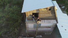 Constructeurs de déjeuner sur l'échafaudage Tir de l'air banque de vidéos