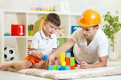 Constructeurs de jeu de garçon et de père d'enfant Image libre de droits