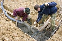 Constructeurs effectuant des bases Images stock