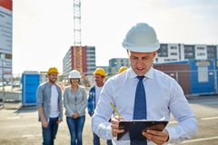 Constructeurs et architecte heureux au chantier de construction Photos stock