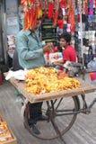 Constructeurs indiens vendant des rakhees pendant le festiv indou Photos libres de droits