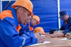 Constructeurs passant l'examen Photo stock