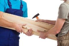 Constructeurs tenant le bois de construction Photo libre de droits