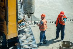 Constructeurs tout en travaillant Photographie stock libre de droits