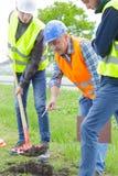 Constructeurs travaillant au jardin images libres de droits