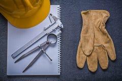 Constructi перчаток безопасности крумциркуля скольжения рассекателя трудной шляпы тетради с прописями Стоковое Изображение