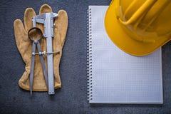 Constructi перчаток безопасности крумциркуля скольжения рассекателя трудной шляпы тетради Стоковые Изображения