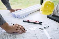Constructiewerkzaamheden of architectenhanden die aan blauwdrukinspectie werken in werkplaats, terwijl het controleren van inform stock afbeelding