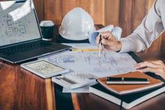 Constructiewerkzaamheden of architectenhanden die aan blauwdrukinspectie werken in werkplaats, terwijl het controleren van inform royalty-vrije stock afbeeldingen
