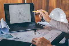 Constructiewerkzaamheden of architectenhanden die aan blauwdrukinspectie werken in werkplaats, terwijl het controleren van inform royalty-vrije stock fotografie
