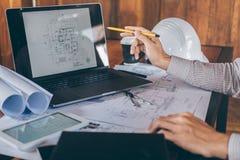Constructiewerkzaamheden of architectenhanden die aan blauwdrukinspectie werken in werkplaats, terwijl het controleren van inform stock foto's