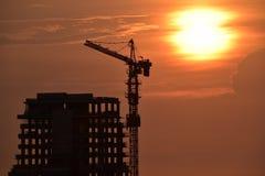 Constructio alto da construção com sillhouette imagens de stock
