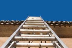 Construction à la maison avec l'échelle Images libres de droits