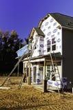 Construction à la maison neuve - échelles et Windows photographie stock