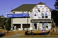 Construction à la maison neuve - chantier occupé Photographie stock