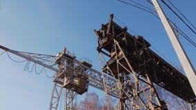 Construction épique en métal Grandes grues ferroviaires Entreprise industrielle banque de vidéos