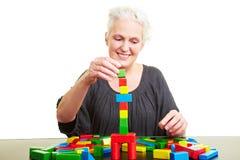 Construction aînée de femme avec coloré Photo libre de droits