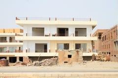 Construction abandonnée avec la maison de taudis dans Marsa Alam images libres de droits