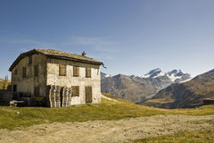 Construction abandonnée dans les Alpes Image libre de droits