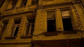 Construction abandonnée la nuit banque de vidéos