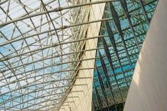 Construction abstraite en métal contre le ciel image stock