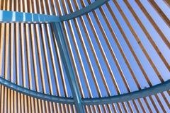 Construction architecturale semi-circulaire de métal avec les lamelles en bois image stock