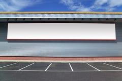 Construction avec le panneau-réclame blanc. Image stock
