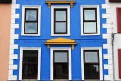 Construction avec les hublots bleus Photographie stock